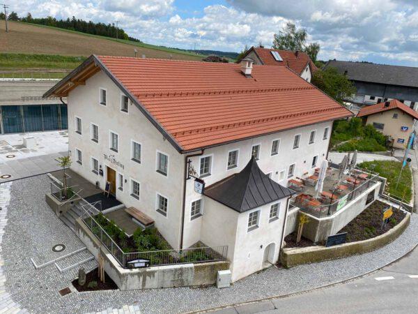 Ortsmitte Tyrlaching mit Wirtshaus und Bürgersaal; Foto: Gemeinde Tyrlaching